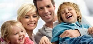 Χαρουμενη οικογενεια μετα απο επιτυχημενη απολυμανση στα βορεια προαστια